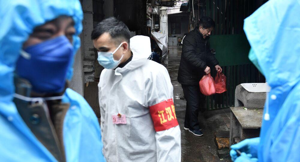 متطوعون يسلمون الأطعمة للمواطنين داخل المنازل في منطقة ووهان الصينية