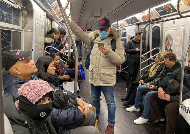 شخص يرتدي كمامة واقية داخل مترو الأنفاق في نيويورك