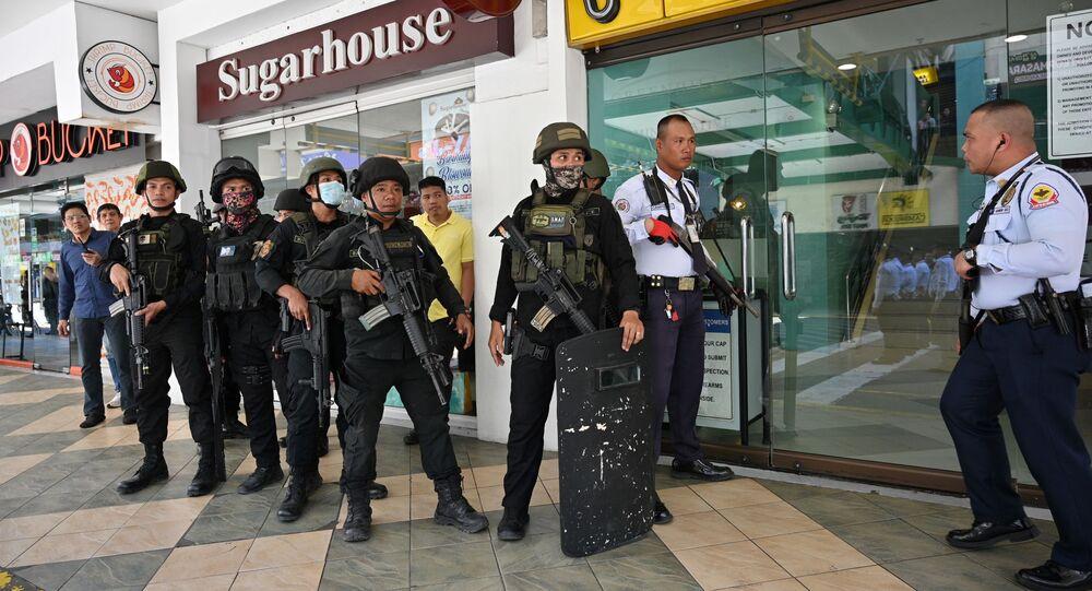 القوات الخاصة عند مركز التسوق في الفلبين