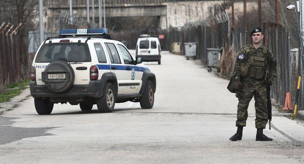 عناصر الشرطة اليونانية تقف أمام مدخل الحدود التركية اليونانية في كاستانيي (إفروس)، 28 فبراير 2020