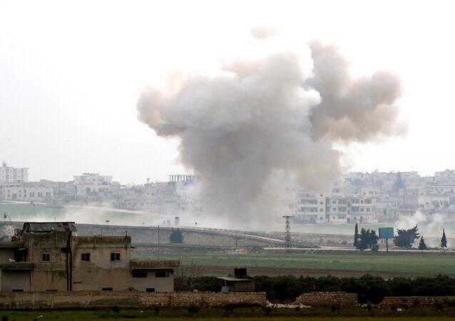 تصاعد الدخان بعد غارة جوية في سراقب بمحافظة إدلب، سوريا 28 فبراير 2020