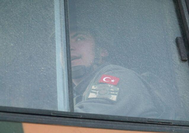 عبور المعدات العسكرية التابعة لـ الجيش التركي للحدود السورية التركية، محافظة إدلب، سوريا، تركيا 9 فبراير 2020