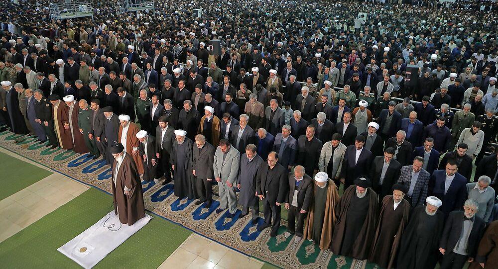 المرشد الأعلى في إيران آية الله على خامنئي يؤم المصليين في صلاة الجمعه في طهران