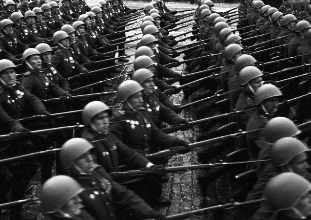 صورة من أرشيف الحرب الوطنية العظمى (1941-1945):  العرض العسكري الأول لقوات الجيش السوفيتي على الساحة الحمراء في العاصمة موسكو بمناسبة النصر على ألمانيا النازية، 24 يونيو/ حزيران 1945