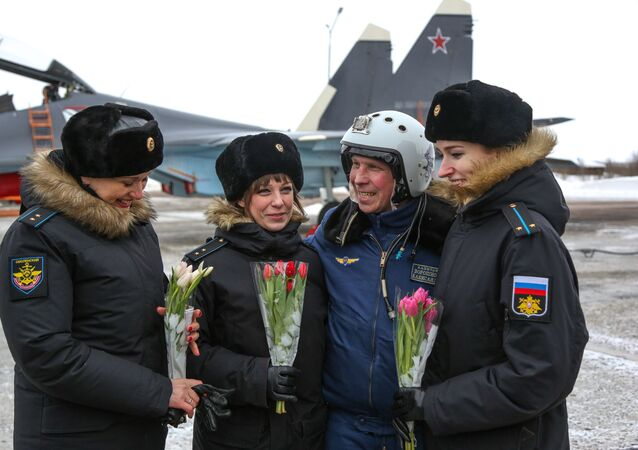 تهنئة النساء في فوج الطيران بحامية سفيرومورسك بمناسبة يوم المرأة العالمي، 8 مارس/ آذار، في ضواحي مورمانسك الروسية