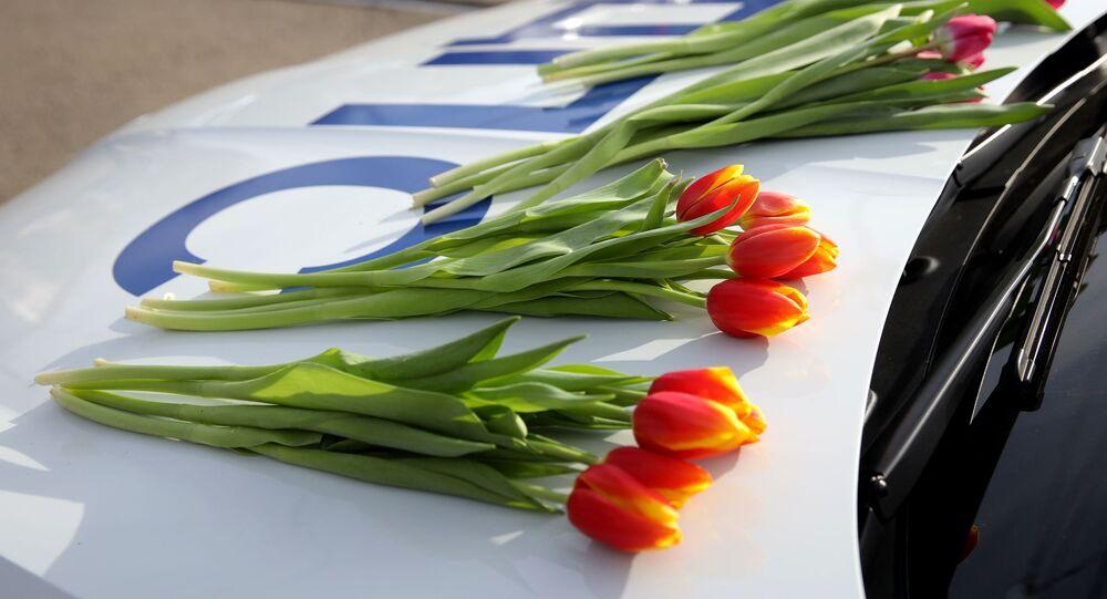 رجال الشرطة والمرور يهنئون النساء بمناسبة يوم المرأة العالمي، 8 مارس/ آذار، كراسنودار الروسية