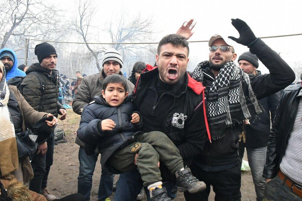 وضع المهاجرين في معبر بازاركول الحدودي، حيث استخدمت الشرطة اليونانية غاز مسيلا للدموع ليتراجعوا، الحدود التركية اليونانية، 29 فبراير 2020