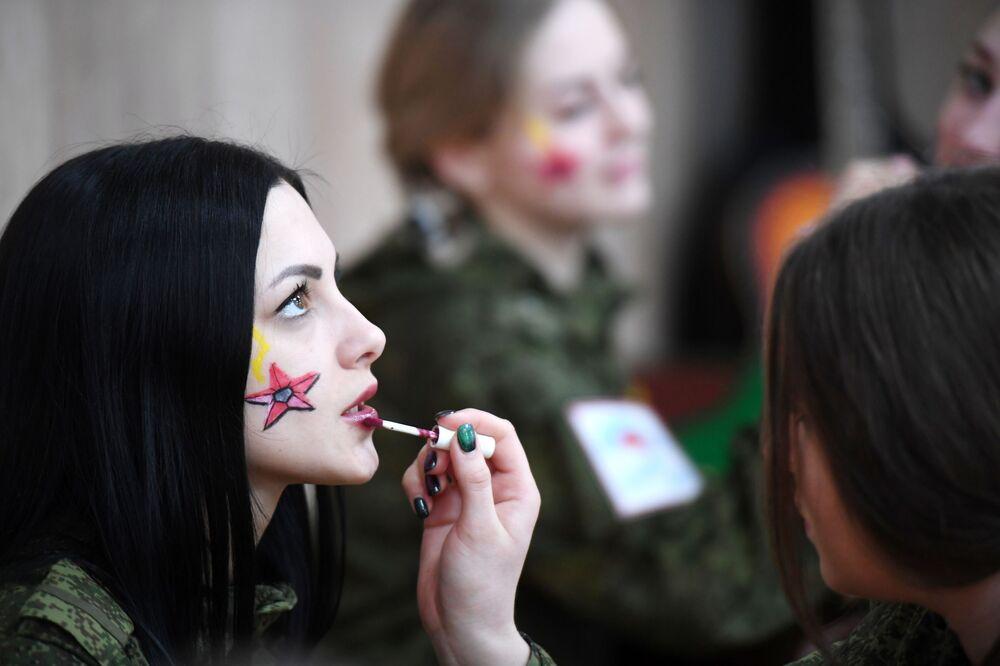 المشاركات في مسابقة الجمال الماكياج العسكري للقوات الصاروخية الاستراتيجية في مدينة بيريسلافل زاليسكي الروسية، 3 مارس 2020