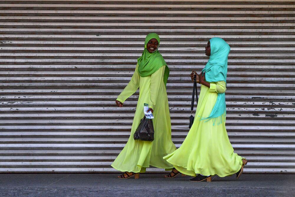 فتاتان تضحكان وتسيران في أحد شوارع جورجيا تاون، غيانا 1 مارس 2020