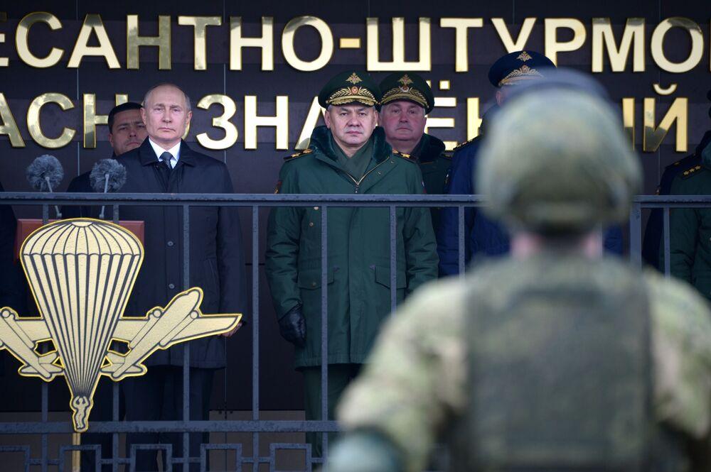 الرئيس الروسي فلاديمير بوتين يتفقد عناصر الحرس الثوري لقوات الإنزال الجوي التابعة لفوج كوتوزوف رقم 104، من فوج اللواء الأحمر التابع للفرقة 76 المحمولة جواً،1 مارس 2020
