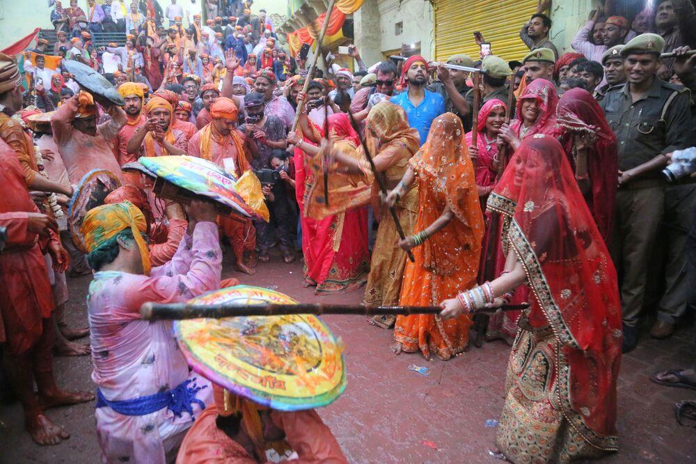 مهرجان الزهور لاتمار هولي في قرية بارسانا، الهند 4 مارس 2020
