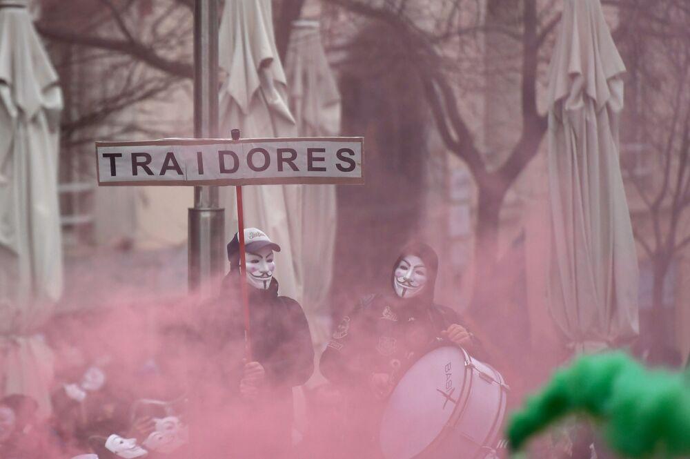 الشرطة والحرس المدني خلال مظاهرة للمطالبة برفع الأجور في مدريد، 3 مارس 2020