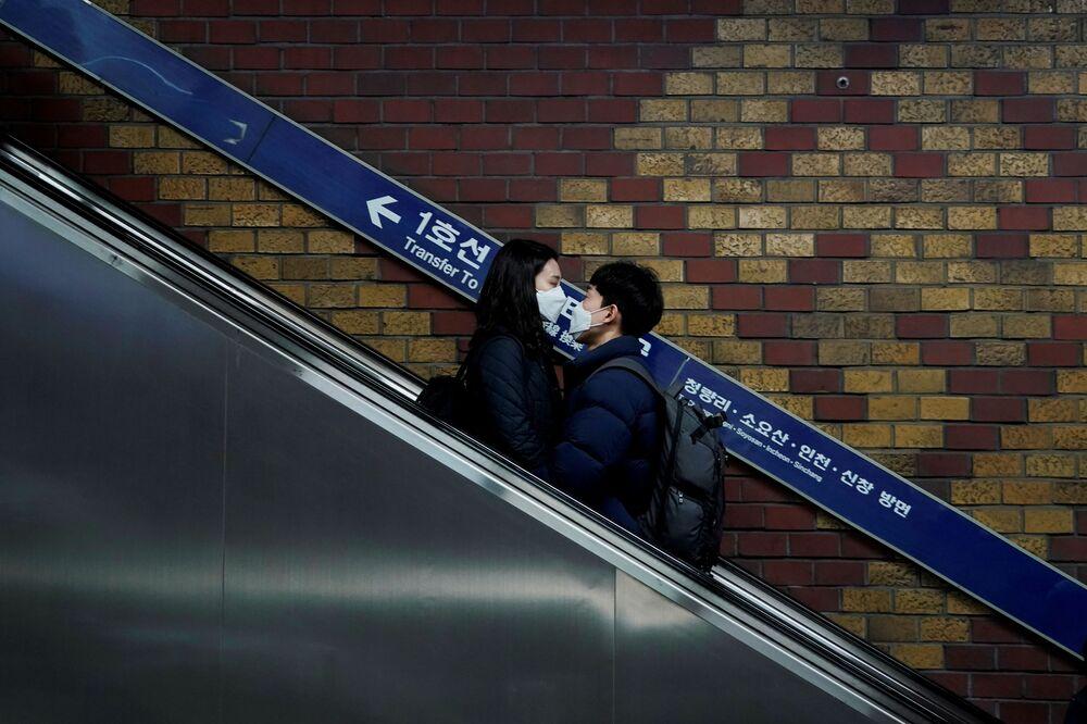 ثنائي يرتدي أقنعة في إطار اجراءات الحد من الإصابة بفيروس كورونا في سيئول، كوريا الجنوبية 1 مارس 2020