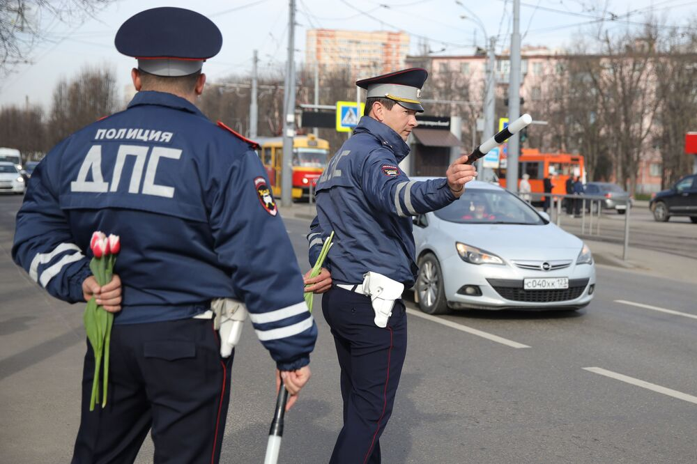 رجال الشرطة والمرور يهنئون النساء عشية يوم المرأة العالمي في كراسنودار الروسية، 5 مارس 2020