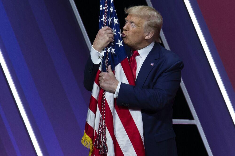 الرئيس دونالد ترامب يقبل علم الولايات المتحدة بعد إلقاء كلمة في مؤتمر العمل السياسي المحافظ في قاعة هاربور الوطنية، في أوكسون هيل، الولايات المتحدة 29 فبراير 2020