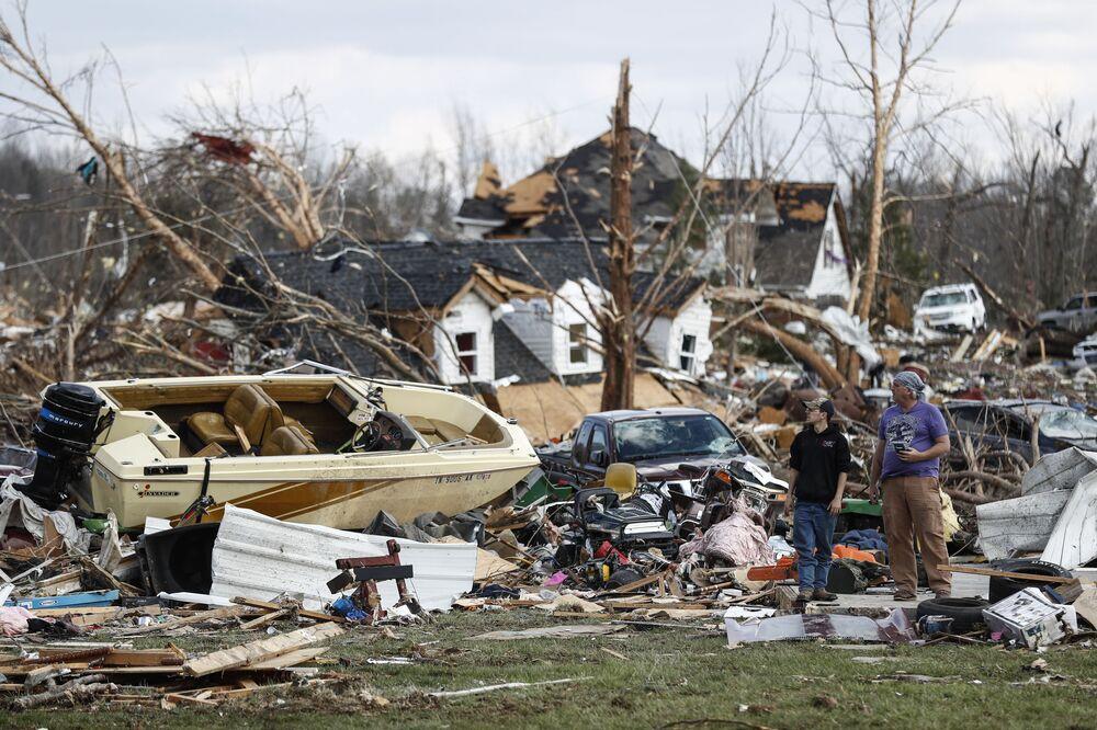 رجلان يتفقدان منزلا دمره إعصار في ولاية تينيسي، الولايات المتحدة 3 مارس 2020