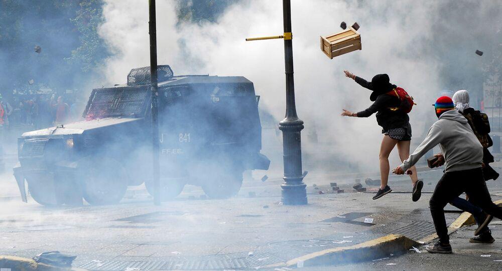اشتباكات بين المتظاهرين والشرطة خلال احتجاجات ضد ارتفاع تكاليف المعيشة في كونسيبسيون، تشيلي 2 مارس 2020