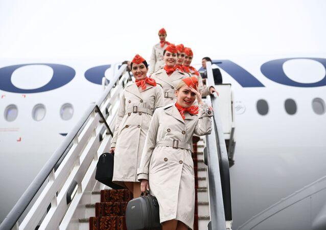 مضيفات الطيران ينزلن سلم طائرة الركاب المخصصة للرحلات طويلة المدى أيرباص A350-900 التابعة لشركة الطيران آيروفلوت الروسية، 4 مارس 2020