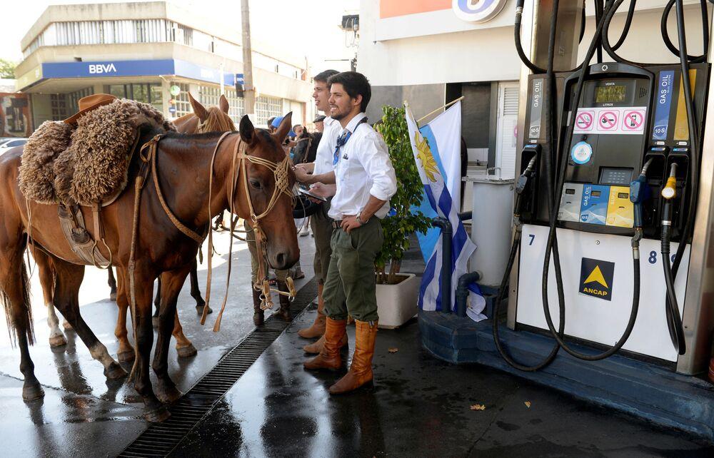 أنصار الرئيس المنتخب لأوروغواي لويس البرتو لا كاليي بو ينتظرون وصوله إلى مراسم أداء اليمين في مونتيفيديو، أوروغواي 1 مارس 2020