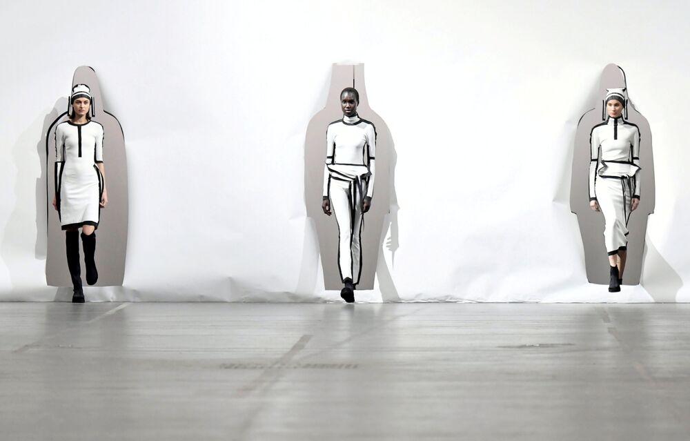 عارضات أزياء تقدم تصاميم اليابانية ساتوشي كوندو لمجموعة خريف/ شتاء 2020/ 2021، لدار الأزياء إيشي مياكي (Issey Miyake)، في إطار أسبوع الموضة في باريس، 1 مارس 2020