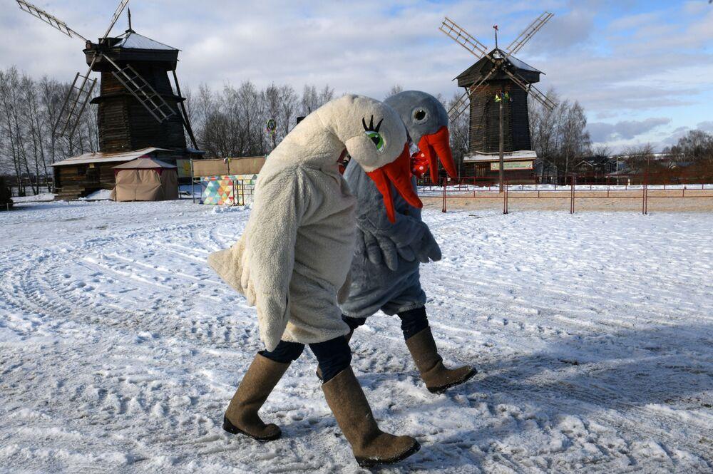 ممثلون يرتدون زي الأوز في إطار الاحتفالات بمهرجان ماسلينيتسا (أسبوع المرافع) في سوزدال الروسية، 29 فبراير 2020