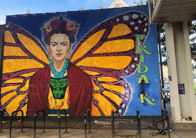 الرسامة المكسيكية فريدا كاهلو مرسومة على جدار في حي بيلسن في مدينة شيكاغو الأمريكية