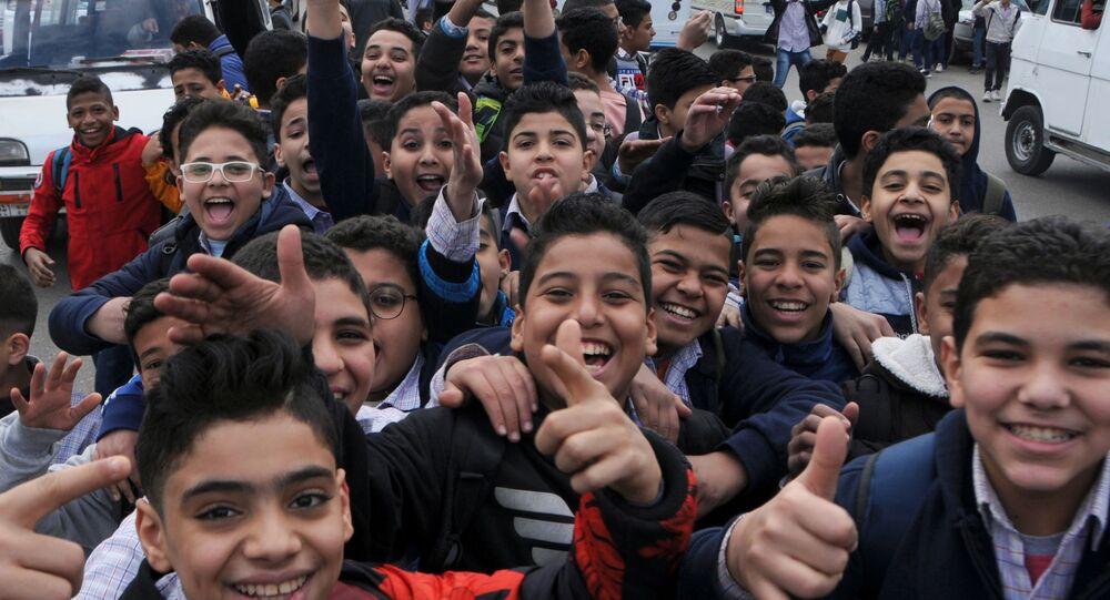 طلاب مصريون أمام إحدى المدارس في العاصمة المصرية القاهرة