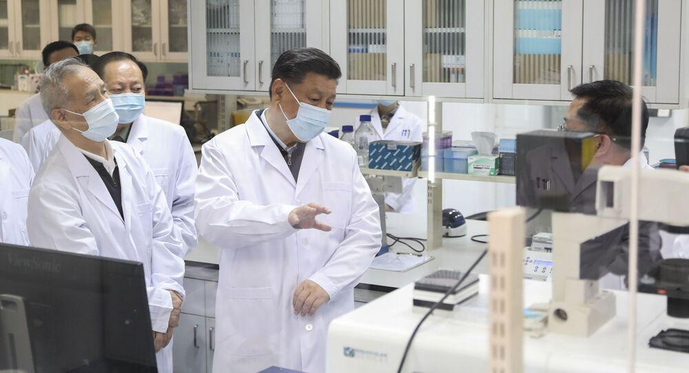 الرئيس الصيني شي جين بينغ يرتدي كمامة واقية من فيروس كورونا خلال حديثه مع أحد أعضاء الفريق الطبي في أثناء زيارته لأكاديمية العلوم الطبية العسكرية في بكين