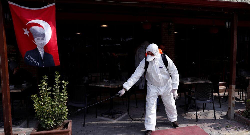 عامل يرتدي بزة واقية من فيروس كروونا المستجد بالقرب من معبر بازركولي التركي الحدودي مع كاستانيس اليونانية 10 مارس/آذار 2020