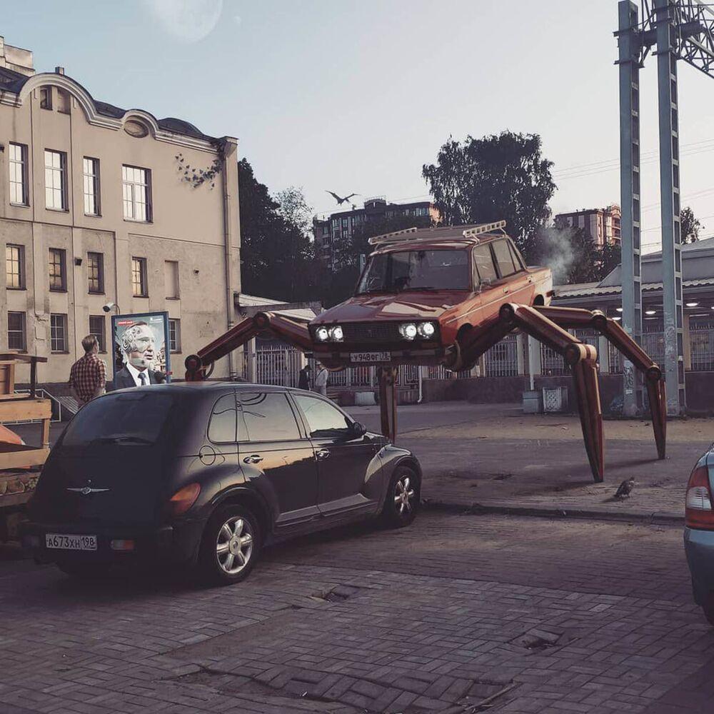 سيارة تسير على ساقين في مدينة سان بطرسبرغ من عمل الفنان الروسي فاديم سولوفيوف
