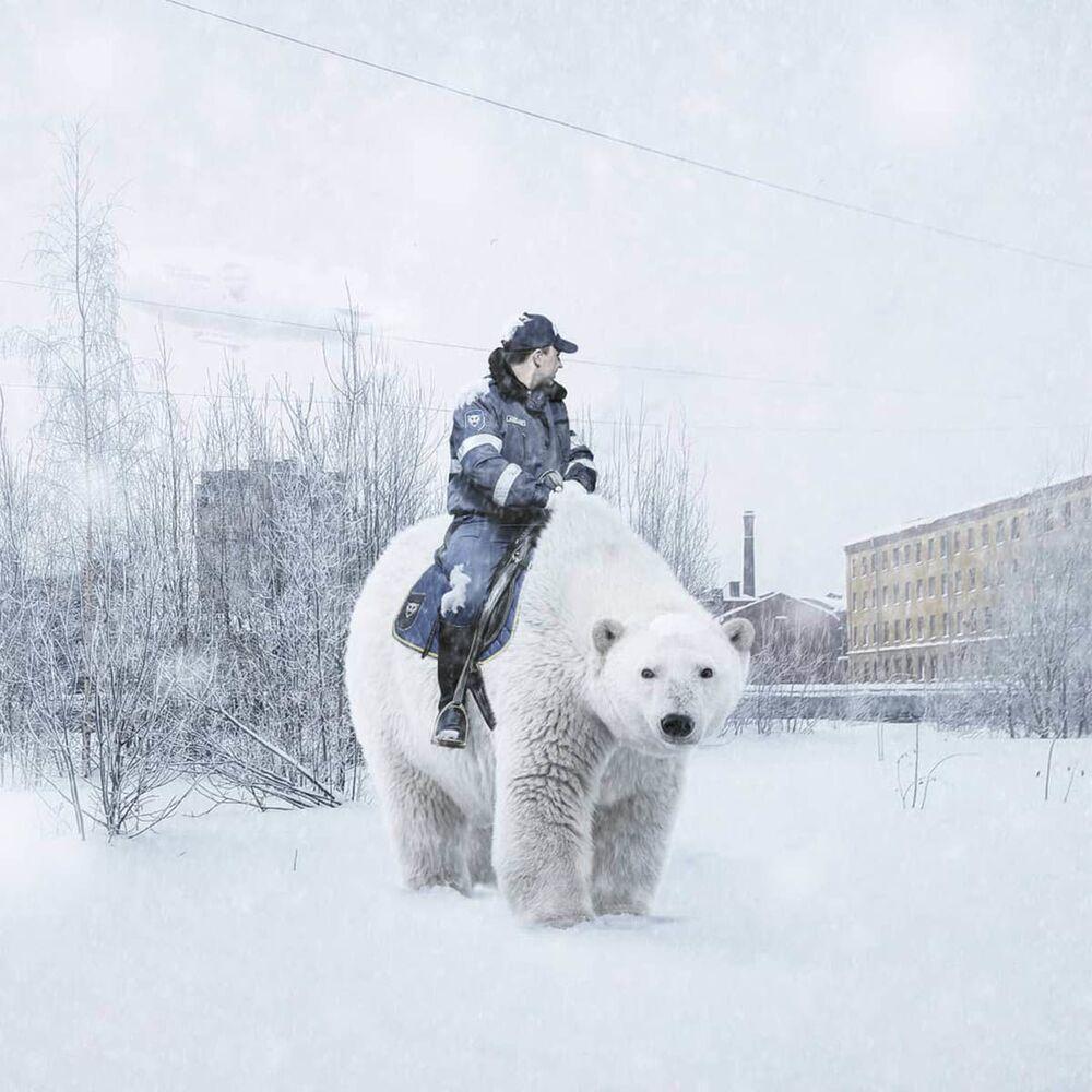 موظف شرطة المرور على ظهر دب قطبي في مدينة سان بطرسبرغ من عمل الفنان الروسي فاديم سولوفيوف