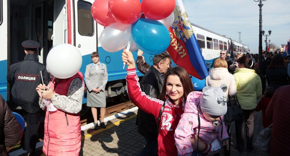 ركاب أثناء افتتاح خط السكة الحديدية بين شبه جزيرة القرم وكراسنودارسكي كراي، واطلاق أول قطار مريح من طراز РА2 من كيرتش إلى أنابا، روسيا 7 مارس 2020