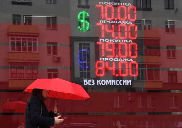عرض سعر الصرف لعملات الدولار واليورو مقابل الروبل في موسكو، على خلفية انهيار أسعار النفط بعد فشل اتفاق أوبك+، 10 مارس 2020