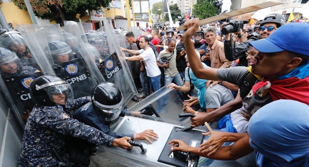 اشتباكات بين متظاهرين معارضين والشرطة في كراكاس، فنزويلا 10 مارس 2020