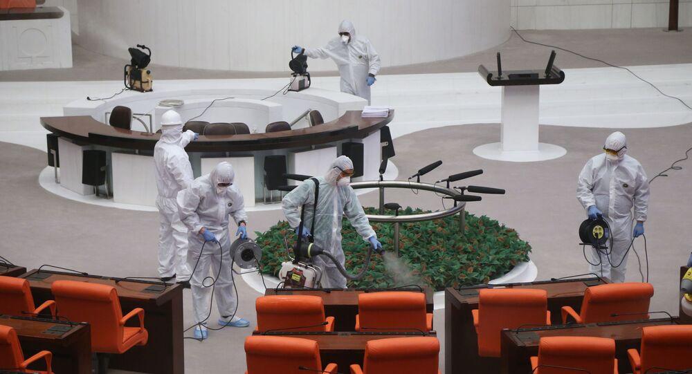 عمال يرتدون ملابس واقية ويقومون بتطهير القاعة الرئيسية للبرلمان التركي، أنقرة، تركيا، 13 مارس/ آذار 2020