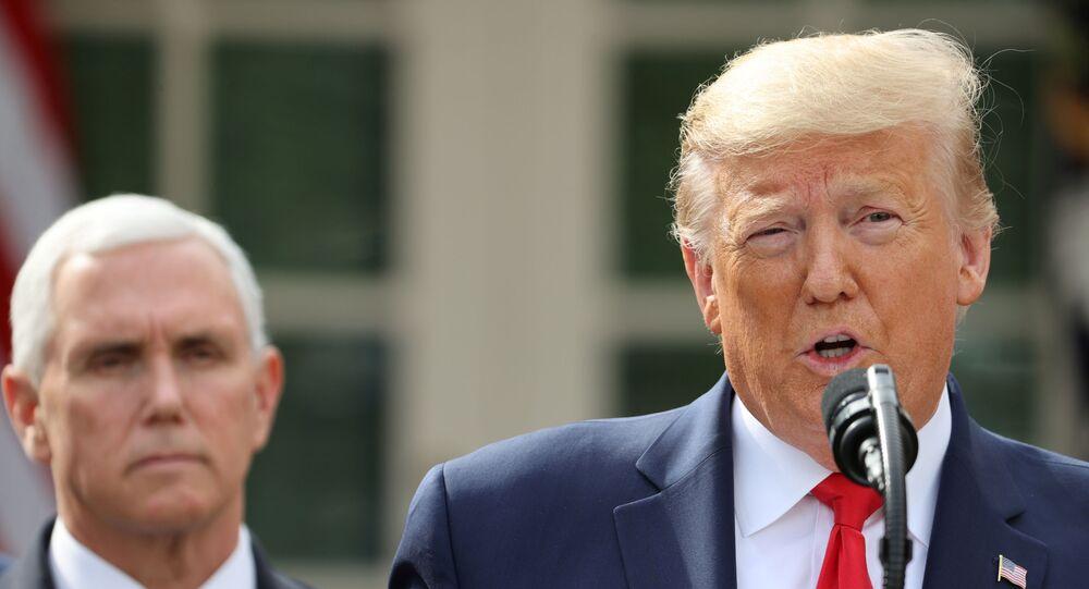 الرئيس الأمريكي، دونالد ترامب خلال مؤتمر صحفي في البيت الأبيض، ويقف خلفه نائبه، مايك بنس، واشنطن، الولايات المتحدة، 13 مارس/ آذار 2020