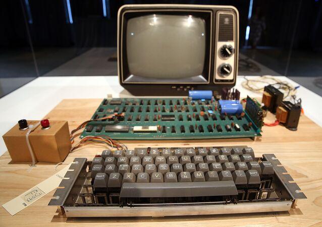 كبيوتر آبل-1 القديم