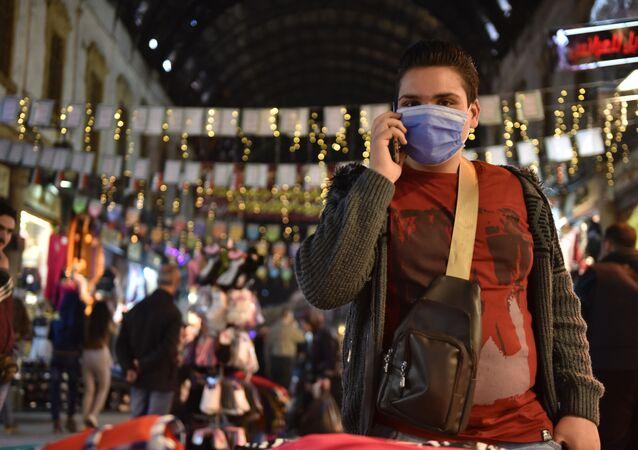 سوري يرتدي الأقنعة الواقية في دمشق خوفا من كورونا