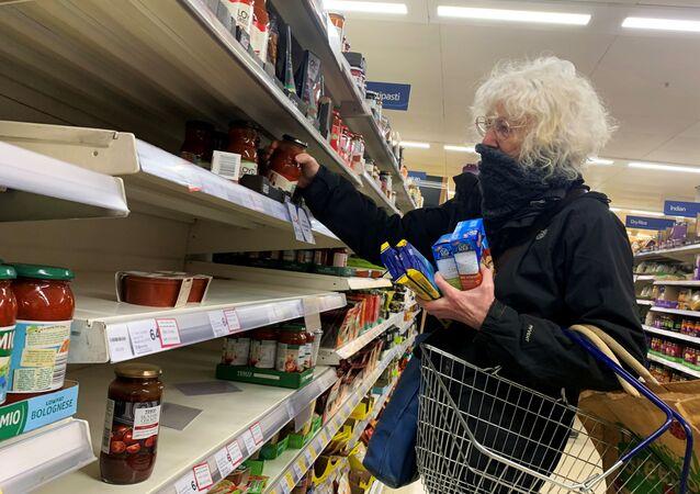 متاجر السوبر ماركت في بريطانيا بسبب فيروس كورونا