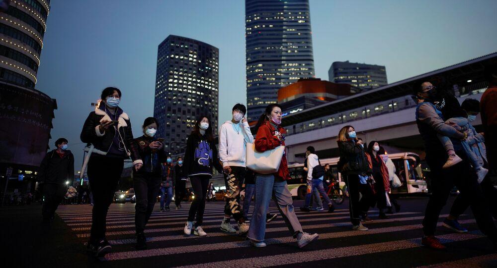 أناس يرتدون كمامات واقية من فيروس كورونا المستجد المسبب لمرض (كوفيد-19) في مدينة شنغهاي الصينية