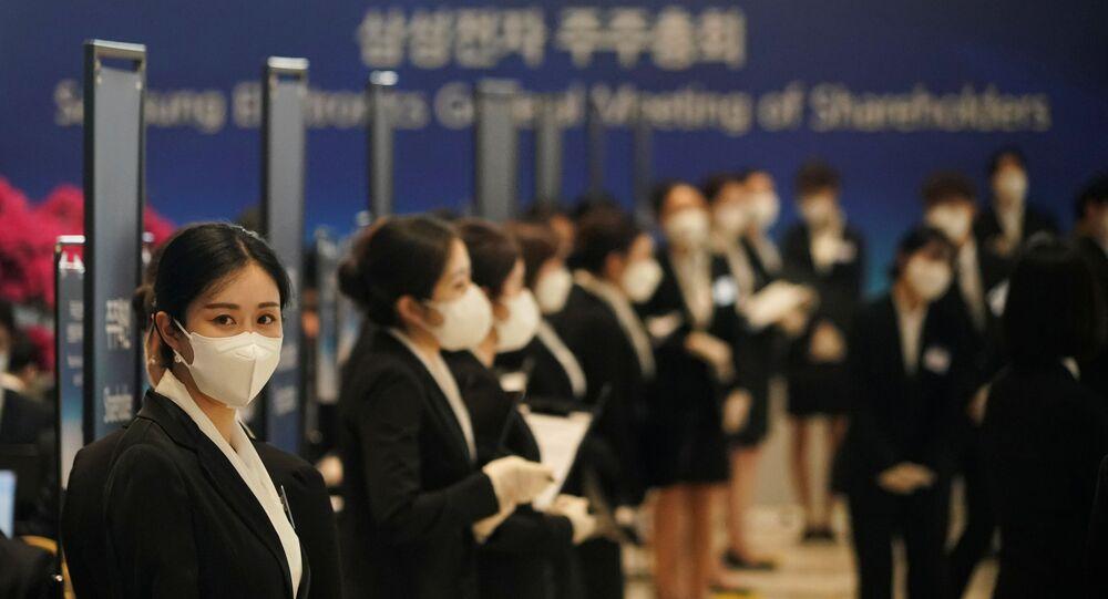 موظفون في شركة سامسونغ في كوريا الجنوبية يرتدون كمامة واقية من فيروس كورونا المستجد (كوفيد - 19)