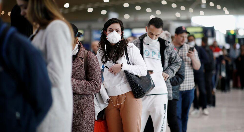 مسافرون بمطار شارل ديغول الفرنسي