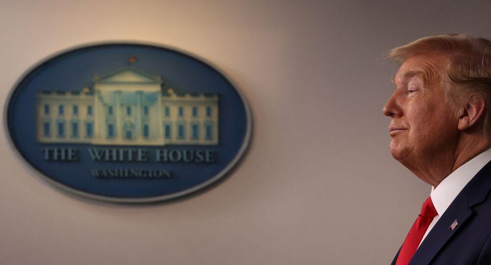 الرئيس الأمريكي دونالد ترامب يوقع على مشروع القانون الخاص بمكافحة فيروس كورونا المستجد كوفيد 19 19 مارس 2020