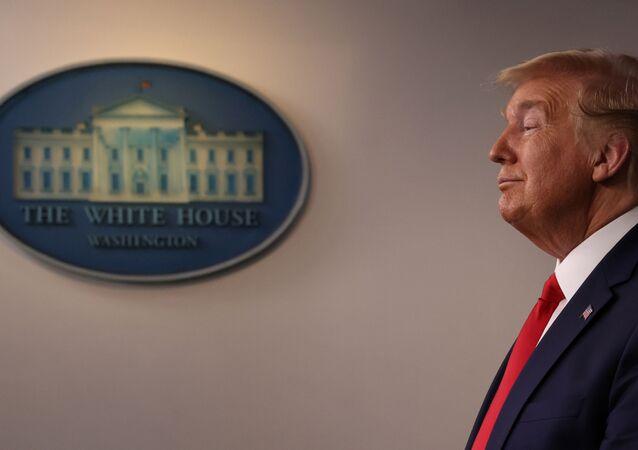 وقع الرئيس الأمريكي دونالد ترامب على على مشروع القانون الخاص بمكافحة فيروس كورونا المستجد كوفيد 19 19 مارس 2020
