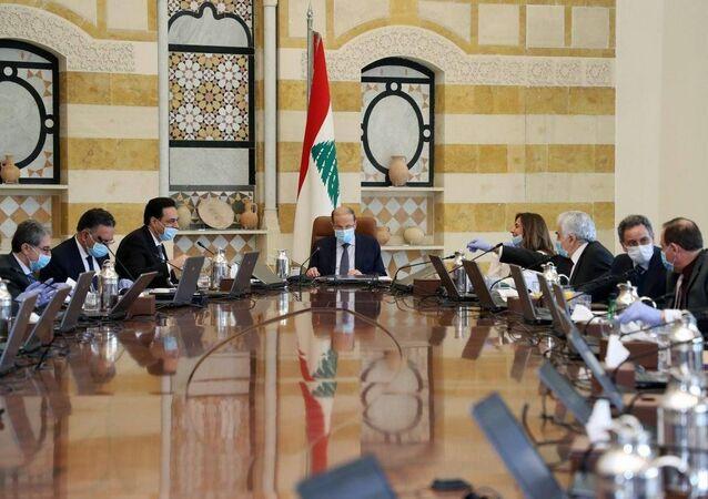 الرئيس اللبناني ورئيس الحكومة بالأقنعة الطبية