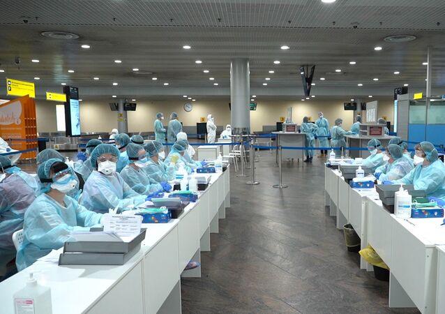 انتشار فيروس كورونا في روسيا - الطاقم الطبي في مطار شيريميتيفو، موسكو ٥ مارس ٢٠٢٠