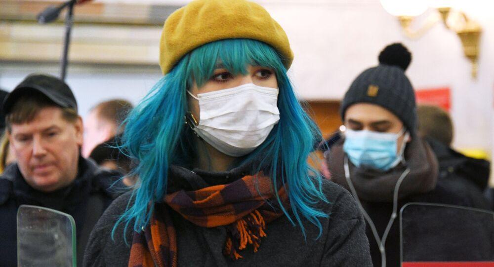 انتشار فيروس كورونا في روسيا - ركاب يرتدون أقنعة واقية في مترو في موسكو، ١٦ مارس ٢٠٢٠