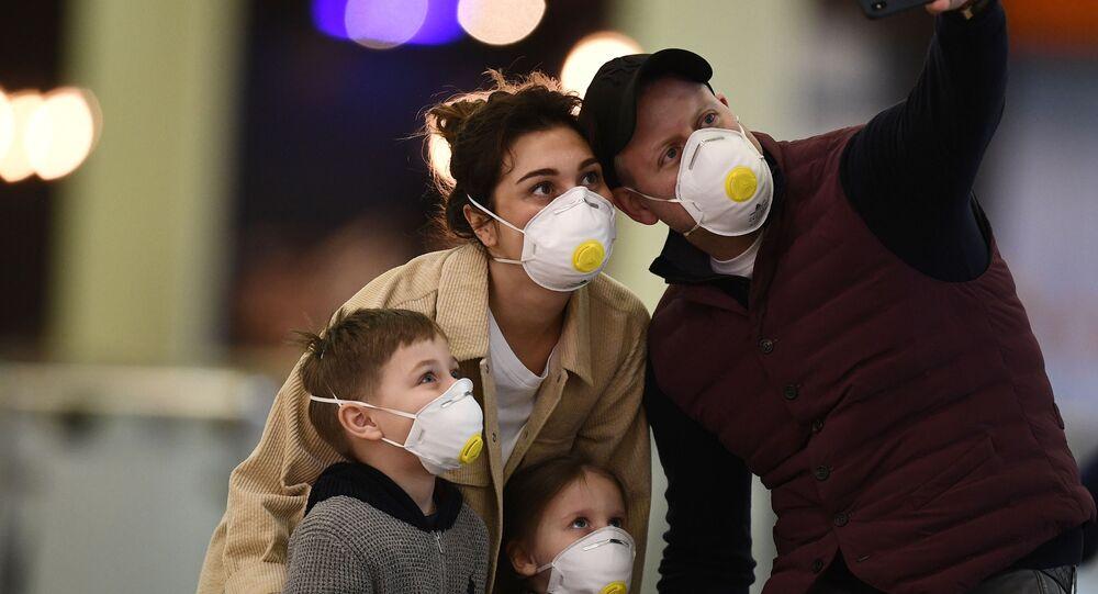 انتشار فيروس كورونا في روسيا - ركاب يلتقطون صورة سيلفي في مطار شيريميتيفو في موسكو ٦  مارس ٢٠٢٠