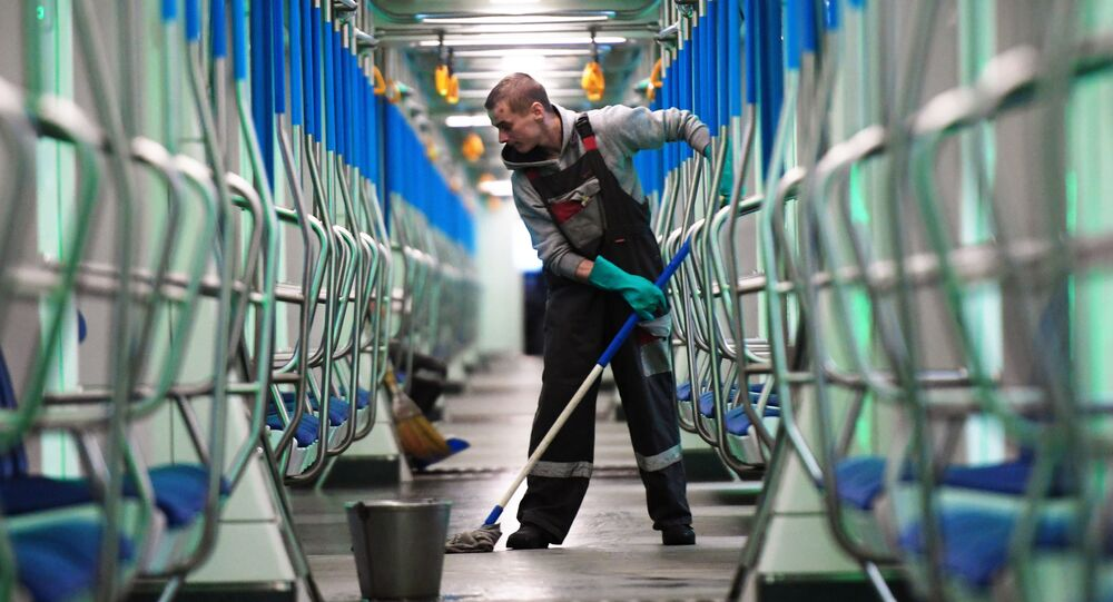 انتشار فيروس كورونا في روسيا - تعقيم في محطة مترو سفيدلوفو في ضواحي موسكو ١٦  مارس ٢٠٢٠