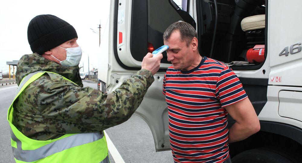 انتشار فيروس كورونا في روسيا - قياس درجة الحرارة على حاجز التفتيش بين روسيا وبيلاروسيا ١٦  مارس ٢٠٢٠